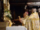 Sacerdote, oficia la Santa Misa tradicional